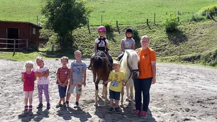 Isa mit Kindern und Pferd am Reitplatz