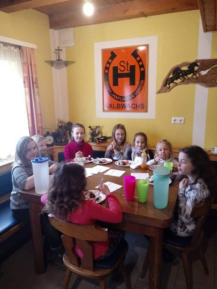 Kinder am Tisch beim Geburtstagsessen