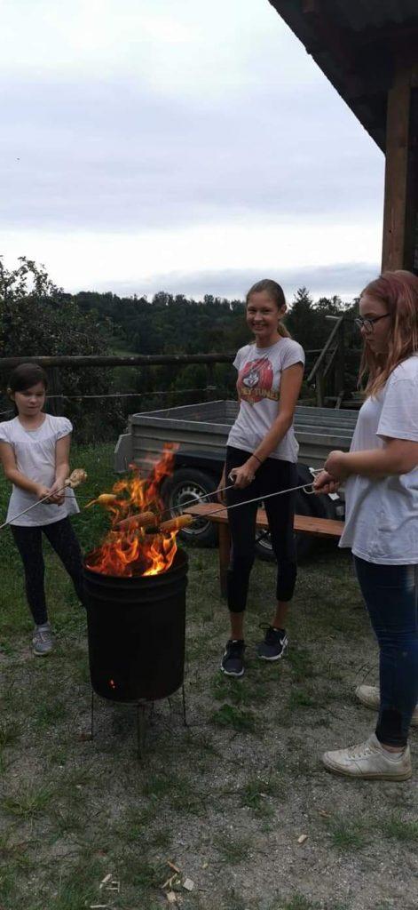 Kinder beim Woaz-Grillen