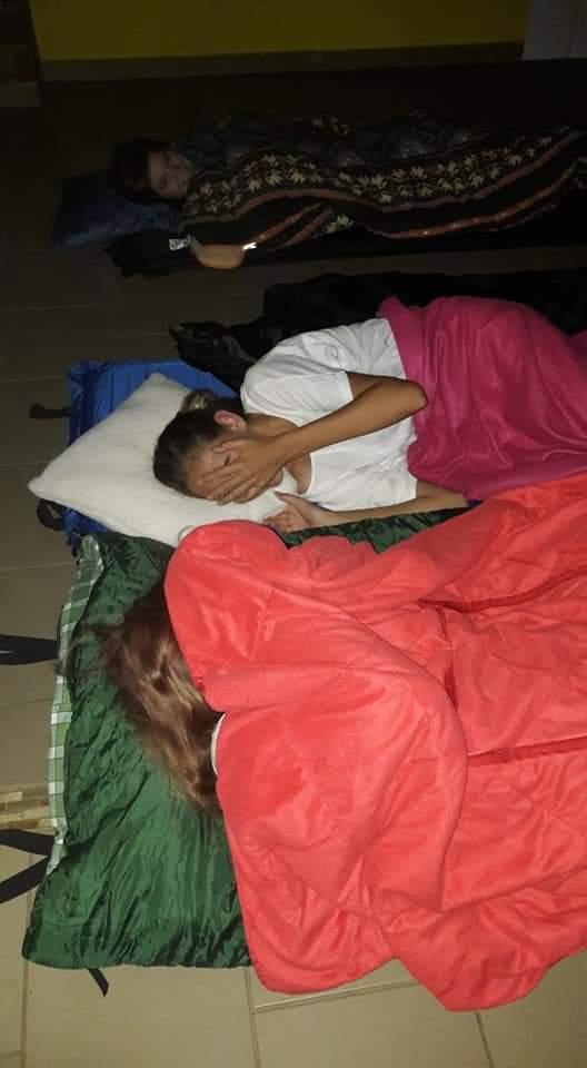 Schlaflager mit Schlafsack und Kindern
